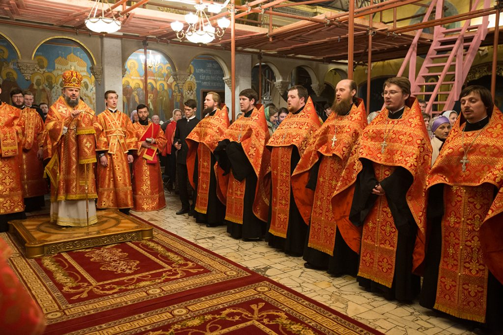 Выпускники МДА отслужили акафист Воскресению Христову