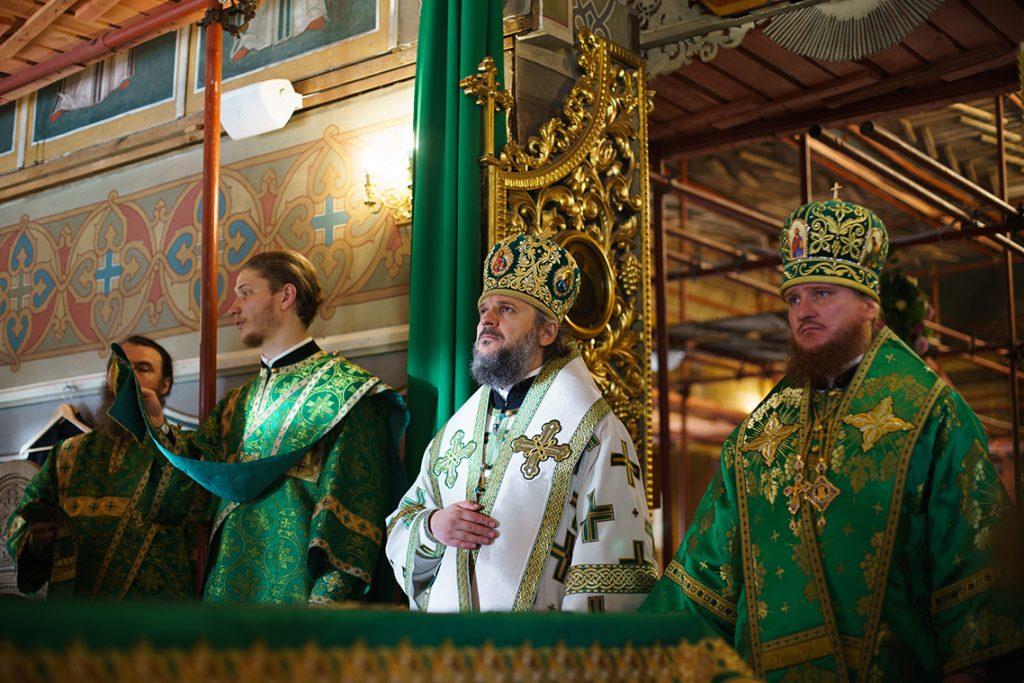 Выпускники 1999 года совершили богослужения в Покровском храме Академии